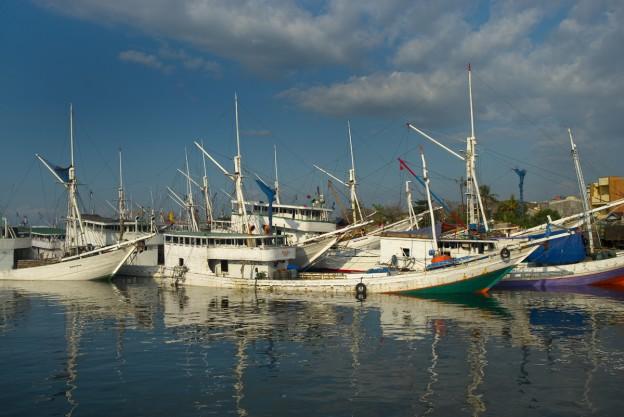 Fotografie: Hafen von Poetere, Makassar. Die Schiffahrt steht still, kein Schiff darf den Hafen verlassen.